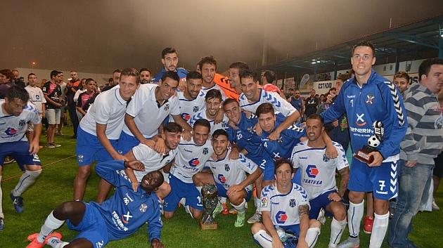 Los jugadores del Tenerife celebran la victoria bajo al niebla