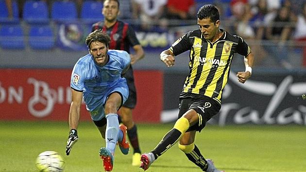 Ángel Rodríguez, en el momento de superar a Leo Franco