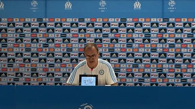 Marcelo Bielsa, durante la rueda de prensa en la que presentó su dimisión