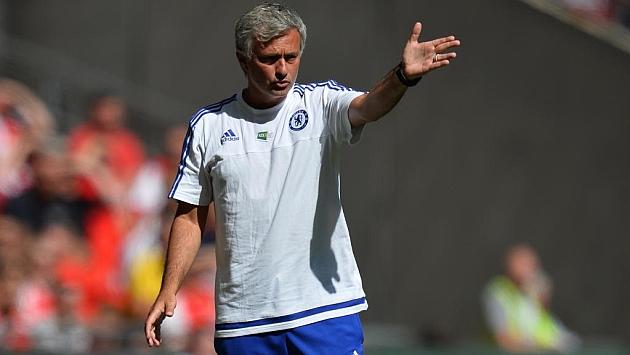Mourinho da instrucciones en el partido contra el Arsenal.