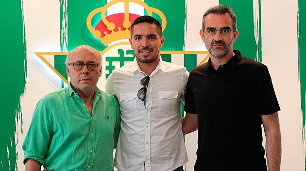 Vargas, con Ollero y Macià en el antepalco del Villamarín | Foto: Real Betis