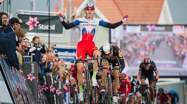 Kristoff celebra en meta su triunfo. AFP