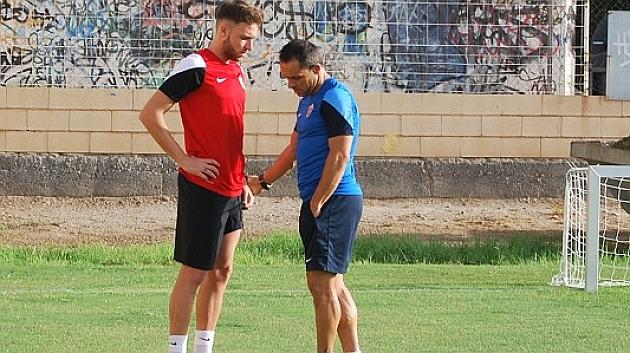 Sergi Barjuán da instrucciones a José Ángel en la pretemporada
