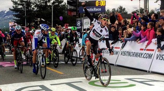 Sam Bennett fue el más rápido al sprint. FOTO: @ArcticRaceofN