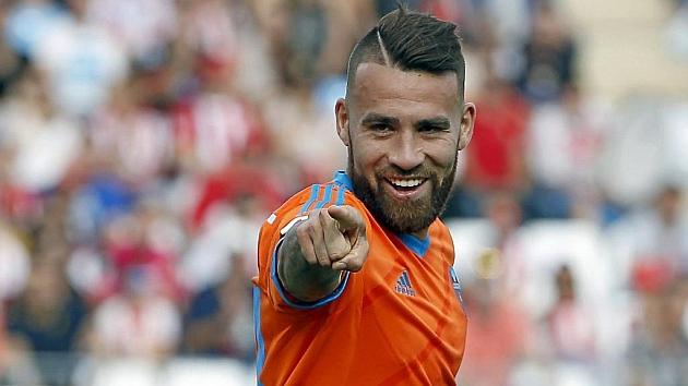 Otamendi (27) señala con el dedo durante un partido con el Valencia.