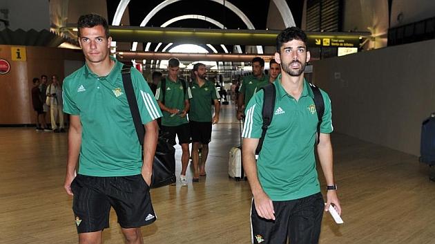 Caro, a la derecha, en el aeropuerto de Sevilla | Foto: Kiko Hurtado