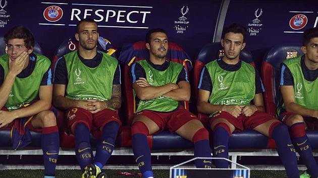 Banquillo del Barça (con pedro, ya en el Chelsea) antes de la Supercopa de Europa