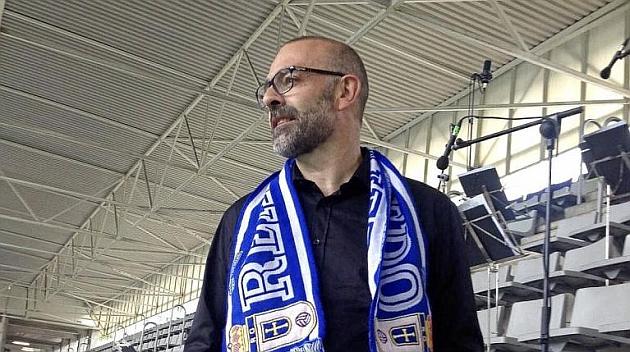 Marzio Conti luce la bufanda del Oviedo en las gradas del Carlos Tartiere