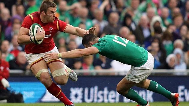 El galés Dan Lydiate intenta evitar el placaje de Robbie Henshaw