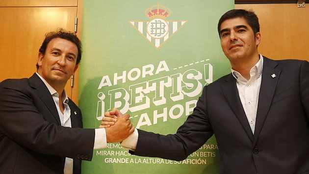 López Catalán y Ángel Haro posan con el lema de su campaña.