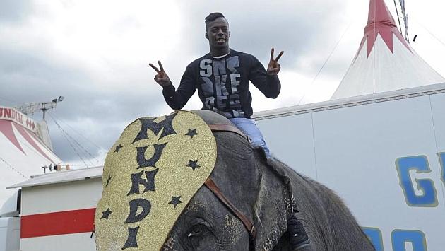 Williams (21) hace un gesto de aprobación tras subirse en uno de los elefantes del Circo Mundial.