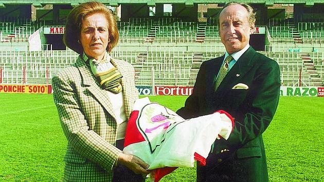 Teresa Rivero y José María Ruiz-Mateos, en el césped del Estadio de Vallecas