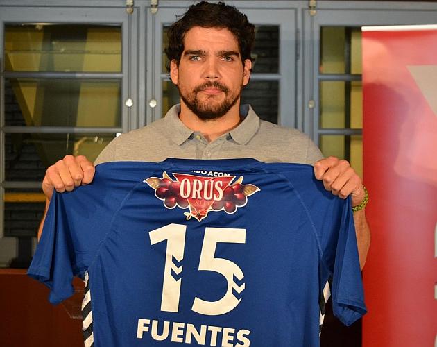 El pivote Pedro Fuentes durante su presentación como nuevo jugador del Bm. Aragón