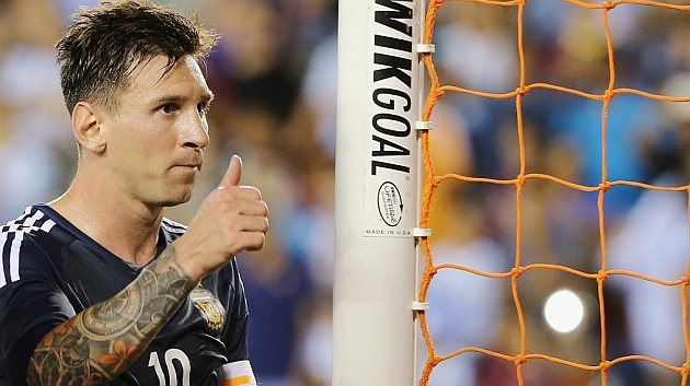 Messi hace un gesto de que todo va bien en el partido contra Bolivia.
