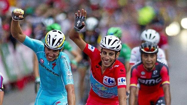 Fabio Aru celebra con Diego Rosa su triunfo en la Vuelta 2015 al término de la última etapa, en el centro de Madrid