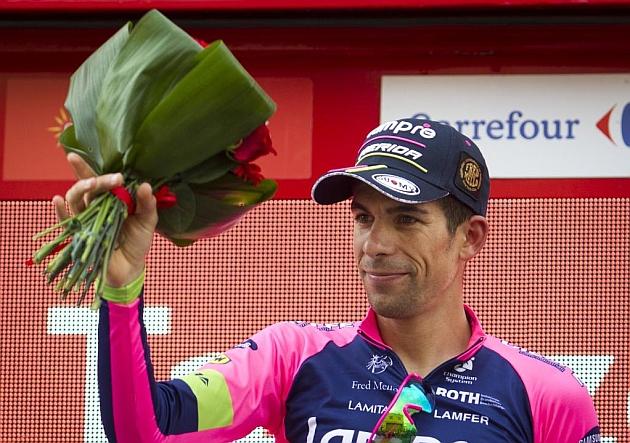 Nelson Oliveira, en el podio de la Vuelta tras ganar la 13ª etapa. / Afp
