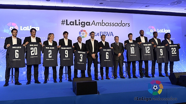 Los diez embajadores de la Liga posan junto a Fernando Sanz y Javier Tebas