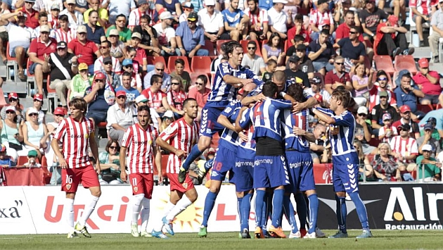 El Alavés celebra su primer gol al Almería.