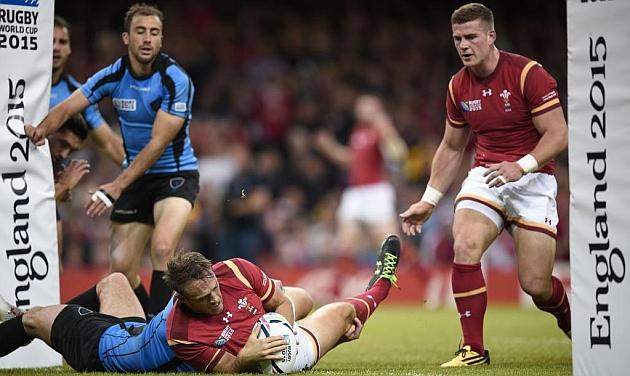 El centro Cory Allen anota uno de los tres ensayos que logró para País de Gales ante Uruguay