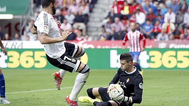 Cuéllar le para un balón a Negredo en el encuentro ante el Valencia.