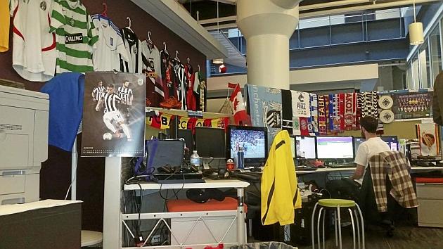 Camisetas y bufandas de los equipos de todo el mundo inundan los puestos de cada diseñador