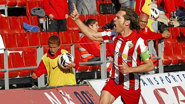 Corona (34) celebra un gol con el Almería.