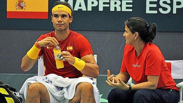 Conchita Martínez da instrucciones a Rafa Nadal durante una eliminatoria de Copa Davis.