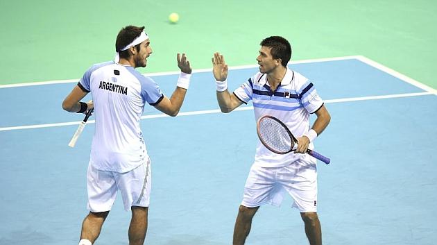 Mayer y Berlocq celebran la victoria en un partido de Copa Davis.