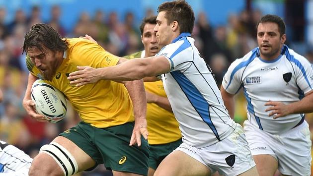 El australiano Kane Douglas se zafa de un intento de placaje uruguayo / AFP