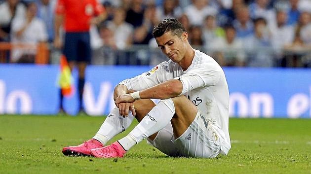 Cristiano Ronaldo, sentado en el césped en un momento del partido ante el Málaga.
