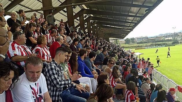 Más de 2.500 aficionados en las gradas de Lezama presenciando un Athletic Club-Barcelona.