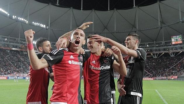 Maxi Rodríguez celebra con sus compañeros el segundo tanto de Newell's