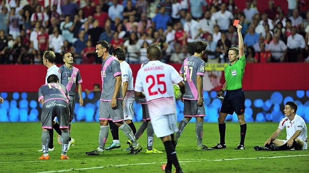 Amaya se retira del campo tras ver la roja contra el Sevilla.
