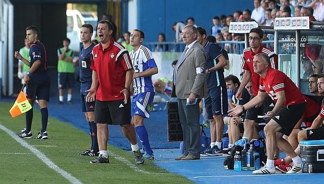 Manolo Díaz se dirige a gritos a sus jugadores durante el partido ante el Bilbao Athletic