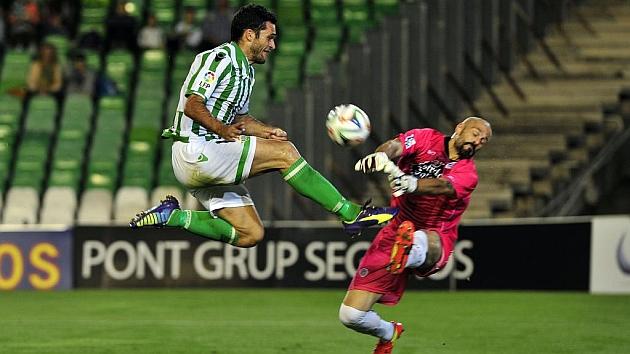 Dani Mallo sale ante Jorge Molina en un duelo del Lugo en el Villamarín
