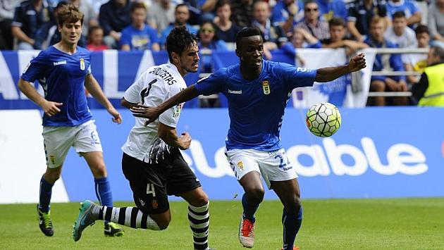 Kone pugna por un balón durante el Real Oviedo-Mallorca