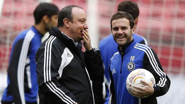 Benítez bromea con Mata en su etapa en el Chelsea