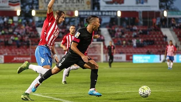 Quique es derribado en el área del Girona... ¿penalti?; el árbitro lo señaló