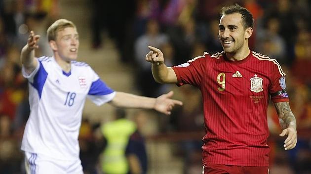 Alcácer agradece a Jordi Alba la asistencia en el cuarto gol en Las Gaunas.