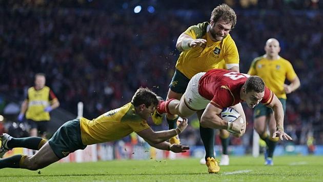 George North intenta el ensayo de Gales pero es frenado ante la línea de marca australiana