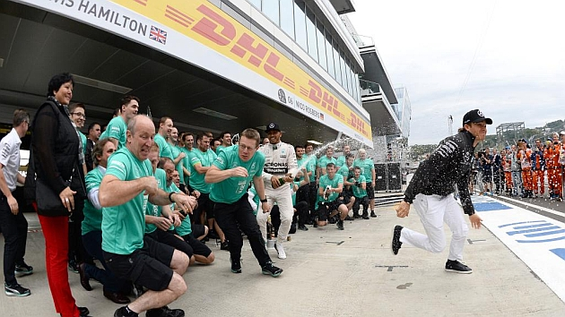 Mercedes celebra la victoria de Hamilton (RV RACING PRESS)