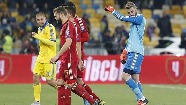 David de Gea se marcha del terreno de juego tras ganar 0-1 a Ucrania. / PABLO GARCÍA
