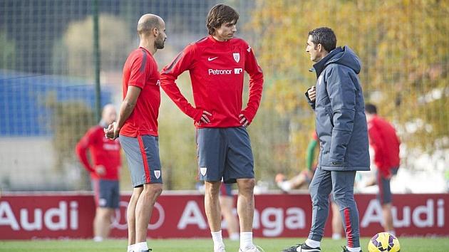 Iturraspe y Mikel Rico, habituales la primera temporada de Valverde, charlan con el técnico en Lezama.