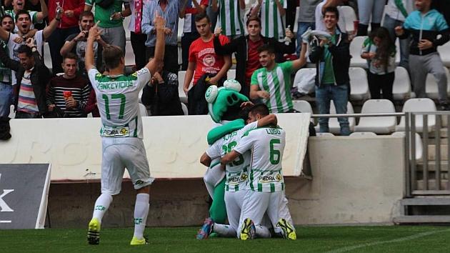 Los jugadores del Córdoba celebran un gol ante su afición.
