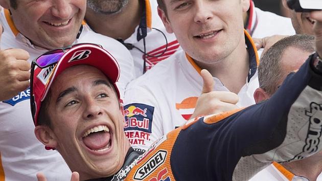 Marquez, haciéndose un 'selfie' con su equipo en Sachsenring (Mirco Lazzari)