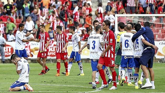 Los jugadores de Girona y Zaragoza se saludan tras el 1-4 de los pasados 'playoffs'