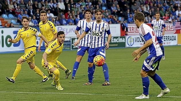Berrocal se prepara para controlar un balón ante las miradas de tres jugadores del Oviedo.