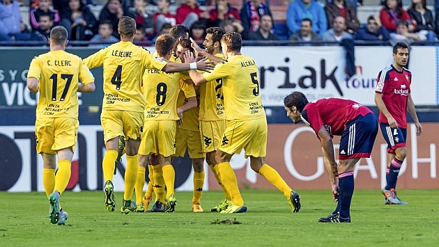 Los jugadores del Girona celebran el tanto de Rubén Alcaraz.