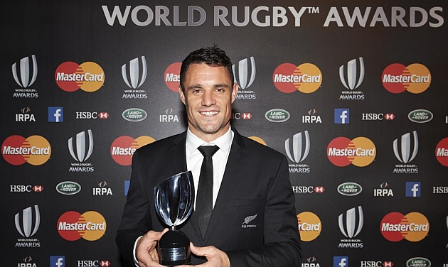 Dan Carter, posa con el 'Player of the Year Award'