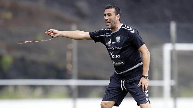 Raúl Agné gesticula durante un entrenamiento reciente
